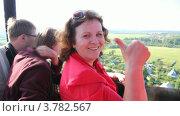 Купить «Красивая женщина смотрит и улыбается в воздушном шаре над полем и домами», видеоролик № 3782567, снято 16 марта 2012 г. (c) Losevsky Pavel / Фотобанк Лори
