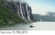 Катер плывет мимо водопада  Seven Sisters. Стоковое видео, видеограф Losevsky Pavel / Фотобанк Лори