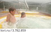 Купить «Дети сидят в бассейне с горячей водой», видеоролик № 3782859, снято 21 мая 2012 г. (c) Losevsky Pavel / Фотобанк Лори
