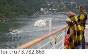 Купить «Родители и маленький мальчик стоят на палубе и смотрят на берег, завернувшись в пледы», видеоролик № 3782863, снято 11 мая 2012 г. (c) Losevsky Pavel / Фотобанк Лори
