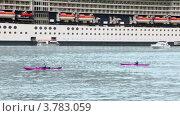 Купить «Две байдарки, яхта и спасательная лодка плавают вблизи от огромного лайнера», видеоролик № 3783059, снято 15 мая 2012 г. (c) Losevsky Pavel / Фотобанк Лори
