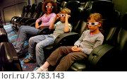 Купить «Мама, маленький мальчик и девочка сидят в 3d стерео очках в кинотеатре», видеоролик № 3783143, снято 5 мая 2012 г. (c) Losevsky Pavel / Фотобанк Лори
