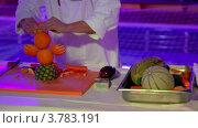 Купить «Кок делает фруктовых птиц на конкурсе, видны только руки», видеоролик № 3783191, снято 11 мая 2012 г. (c) Losevsky Pavel / Фотобанк Лори