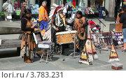 Купить «Несколько индейцев в национальных костюмах играют музыку на улице», видеоролик № 3783231, снято 5 мая 2012 г. (c) Losevsky Pavel / Фотобанк Лори