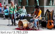 Купить «Уличные музыканты играют в нижней части памятника», видеоролик № 3783239, снято 17 мая 2012 г. (c) Losevsky Pavel / Фотобанк Лори