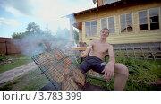 Купить «Человек берет решетку с кебабом, дети сидеть за столом», видеоролик № 3783399, снято 16 мая 2012 г. (c) Losevsky Pavel / Фотобанк Лори