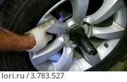 Купить «Замена колеса», видеоролик № 3783527, снято 8 апреля 2012 г. (c) Losevsky Pavel / Фотобанк Лори