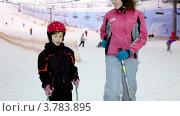 Купить «Мать учит дочь кататься на лыжах», видеоролик № 3783895, снято 15 апреля 2012 г. (c) Losevsky Pavel / Фотобанк Лори