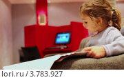Купить «Девочка читает газету», видеоролик № 3783927, снято 30 июня 2012 г. (c) Losevsky Pavel / Фотобанк Лори