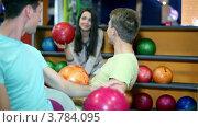 Купить «Студенты говорят в боулинг клубе, улыбаются и показывают большие пальцы рук», видеоролик № 3784095, снято 7 апреля 2012 г. (c) Losevsky Pavel / Фотобанк Лори