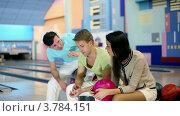 Купить «Молодая девушка с двумя друзьями сидит и разговаривает в боулинг клубе», видеоролик № 3784151, снято 7 апреля 2012 г. (c) Losevsky Pavel / Фотобанк Лори