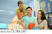 Купить «Три студента, парни с девушкой сидят и говорят в боулинг-клубе», видеоролик № 3784247, снято 7 апреля 2012 г. (c) Losevsky Pavel / Фотобанк Лори