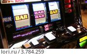 Купить «Женщина выиграл бар на игровом автомате», видеоролик № 3784259, снято 20 июля 2012 г. (c) Losevsky Pavel / Фотобанк Лори