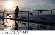 Купить «Силуэт женщины гуляющей по палубе и смотрящей закат во время круиза», видеоролик № 3784443, снято 21 июня 2012 г. (c) Losevsky Pavel / Фотобанк Лори
