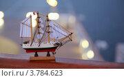 Купить «Модель корабля с парусами и флагом Норвегии стоит на перилах», видеоролик № 3784623, снято 26 июня 2012 г. (c) Losevsky Pavel / Фотобанк Лори