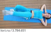 Купить «Молодая женщина делает зарядку, поднимая ноги лежа на полу», видеоролик № 3784651, снято 24 июля 2012 г. (c) Losevsky Pavel / Фотобанк Лори