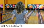 Купить «Девушка бросает шар для боулинга ,  затем прыгает», видеоролик № 3784711, снято 28 марта 2012 г. (c) Losevsky Pavel / Фотобанк Лори