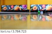 Купить «Зеленый шар катится и сбивает кегли на боулинг дорожке», видеоролик № 3784723, снято 22 марта 2012 г. (c) Losevsky Pavel / Фотобанк Лори