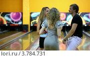 Купить «Две девушки с парнем вместе танцуют в боулинг клубе», видеоролик № 3784731, снято 22 марта 2012 г. (c) Losevsky Pavel / Фотобанк Лори