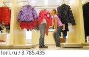 Купить «Две девочки примеряют куртки в торговом центре, таймлапс», видеоролик № 3785435, снято 27 апреля 2012 г. (c) Losevsky Pavel / Фотобанк Лори