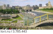 Купить «Люди идут по пешеходному мосту Богдана Хмельницкого, таймлапс», видеоролик № 3785443, снято 7 июня 2012 г. (c) Losevsky Pavel / Фотобанк Лори
