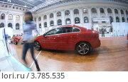 Купить «Новые и старые автомобили Volvo стоят на выставке на неделе моды, таймлапс», видеоролик № 3785535, снято 26 апреля 2012 г. (c) Losevsky Pavel / Фотобанк Лори