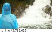 Купить «Женщина смотрит на падающий водопад, поворачивается и показывает пальцем», видеоролик № 3785655, снято 5 июня 2012 г. (c) Losevsky Pavel / Фотобанк Лори