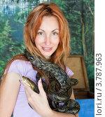 Портрет молодой женщины со змеей на шее. Стоковое фото, фотограф Куликов Константин / Фотобанк Лори