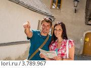Купить «Счастливые влюбленные гуляют по городу с картой», фото № 3789967, снято 26 мая 2012 г. (c) CandyBox Images / Фотобанк Лори