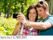 Влюбленная пара фотографируется на фоне улицы. Стоковое фото, фотограф CandyBox Images / Фотобанк Лори