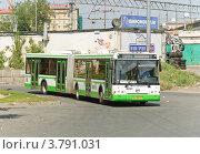 Купить «Сочленённый автобус ЛиАЗ на повороте», эксклюзивное фото № 3791031, снято 31 июля 2012 г. (c) Алёшина Оксана / Фотобанк Лори