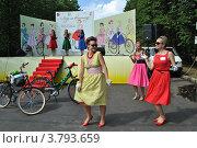 Купить «ВелоПарад «Леди на велосипеде» в парке «Сокольники». Москва», эксклюзивное фото № 3793659, снято 5 августа 2012 г. (c) lana1501 / Фотобанк Лори