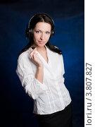 Купить «Красивая женщина в наушниках с микрофоном на темном фоне», фото № 3807827, снято 23 марта 2010 г. (c) Татьяна Макотра / Фотобанк Лори