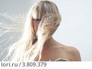 Блондинка с длинными волосами, развевающимися на ветру. Стоковое фото, фотограф Масюк Светлана / Фотобанк Лори