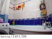 Мягкие игрушки сушатся на бельевой веревке в ванной (2012 год). Редакционное фото, фотограф Чукин Дмитрий / Фотобанк Лори