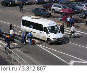 Купить «Маршрутное такси № 34м едет по пешеходному переходу, не уступая дорогу пешеходам. Москва», эксклюзивное фото № 3812807, снято 30 августа 2012 г. (c) lana1501 / Фотобанк Лори