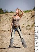 Купить «Молодая женщина в ковбойском стиле на фоне песчаного карьера», фото № 3813143, снято 30 июля 2012 г. (c) Дмитрий Черевко / Фотобанк Лори