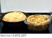 Два пирога в формах для выпекания. Стоковое фото, фотограф Наталья Райхель / Фотобанк Лори