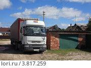 Купить «Припаркованный грузовик в Курлово», эксклюзивное фото № 3817259, снято 1 сентября 2012 г. (c) Игорь Веснинов / Фотобанк Лори