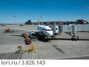 Купить «Авиалайнер на стоянке в аэропорту. посадки пассажиров через трубу», эксклюзивное фото № 3826143, снято 17 июня 2012 г. (c) Володина Ольга / Фотобанк Лори