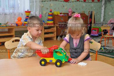 Дети в ясельной группе играют за столом