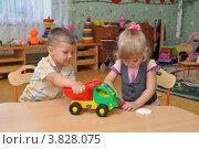 Дети в ясельной группе играют за столом. Стоковое фото, фотограф Вячеслав Палес / Фотобанк Лори