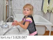 Купить «Девочка моет руки», эксклюзивное фото № 3828087, снято 7 сентября 2012 г. (c) Вячеслав Палес / Фотобанк Лори