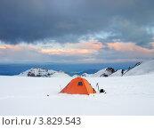 Лагерь альпинистов на снежной равнине в районе горы Казбек. Стоковое фото, фотограф Евгений Валерьевич / Фотобанк Лори