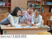 Купить «Учитель занимается с детьми», эксклюзивное фото № 3829655, снято 13 сентября 2012 г. (c) Вячеслав Палес / Фотобанк Лори