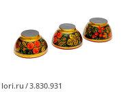 Три деревянные чашки, расписанные под хохлому на белом фоне. Стоковое фото, фотограф Shlomo Polonsky / Фотобанк Лори