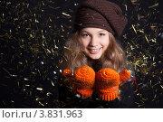 Молодая улыбающаяся девушка в зимней одежде на тёмном фоне. Стоковое фото, фотограф Масюк Светлана / Фотобанк Лори