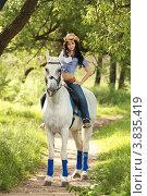 Девушка в ковбойской шляпе верхом на лошади. Стоковое фото, фотограф Игорь Долгов / Фотобанк Лори