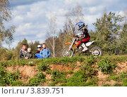 Спортсмен на мотоцикле участвует в соревнованиях по Кантри Кроссу (2012 год). Редакционное фото, фотограф Николай Винокуров / Фотобанк Лори
