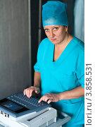 Купить «Медицинский работник (врач, медицинская сестра) вводит данные на клавиатуре медицинского прибора ЭКГ», фото № 3858531, снято 21 сентября 2012 г. (c) Эдуард Паравян / Фотобанк Лори
